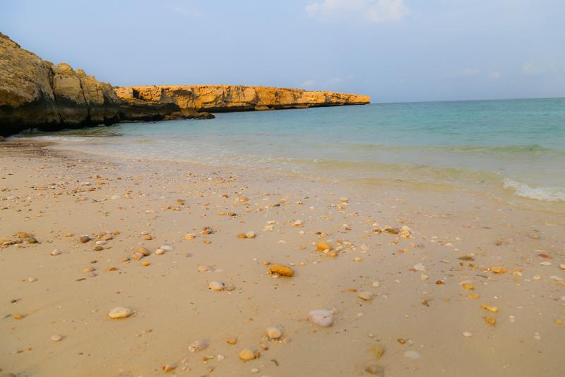 oman-baden-fins-beach-sand-muscheln