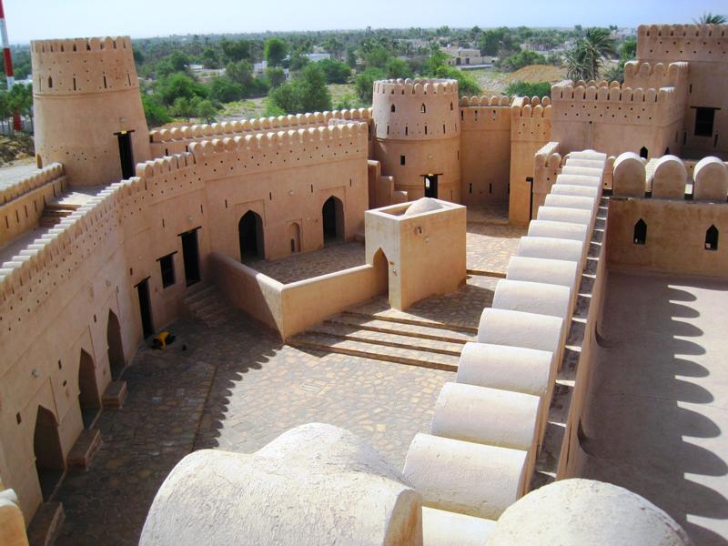 oman-jalaan-bani-bu-hassan-ausflug-fort-innenhof