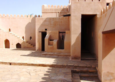 oman-jalaan-bani-bu-hassan-fort-eingaenge-zimmer