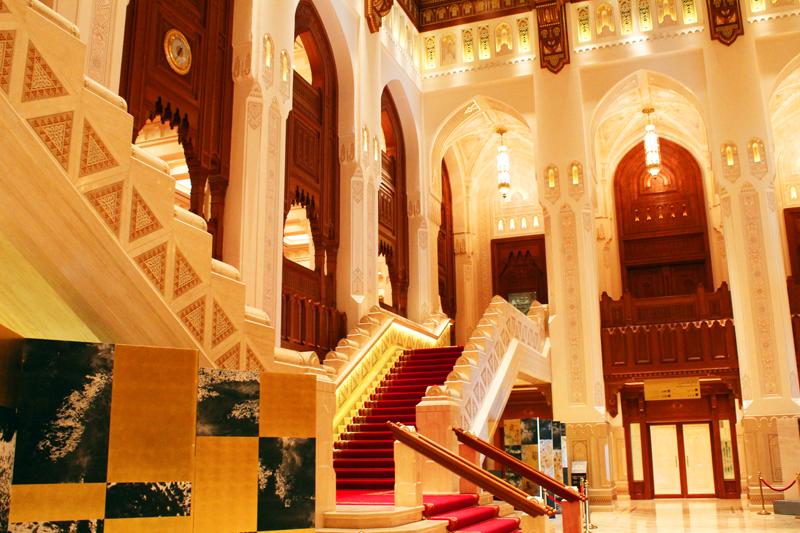oman-maskat-royal-opera-rundreise-vorhalle-titanic-treppen