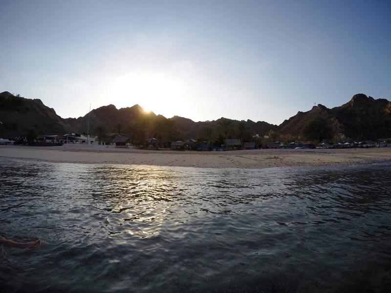 oman-maskat-schwimmen-urlaub-capital-area-yacht-center-sonnenuntergang