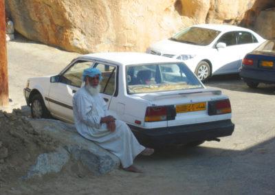 oman-misfat-al-abriyyin-rundfahrt-parkplatz-mann