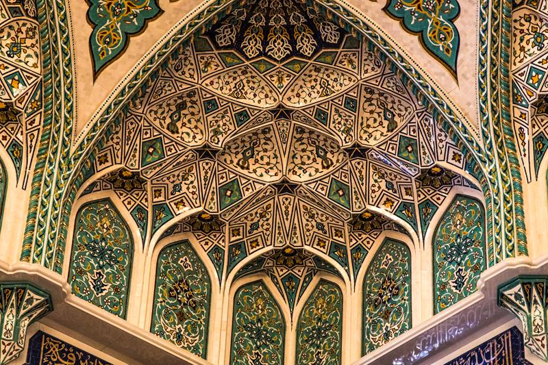oman-muscat-grosse-sultan-qaboos-moschee-verziertes-mihrab