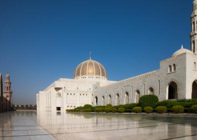 oman-muscat-grosse-sultan-qaboos-moschee-vorplatz-marmorboden