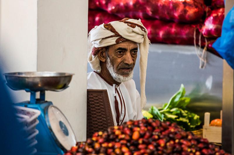 oman-muscat-mutrah-fischmarkt-souq-datteln-verkaeufer