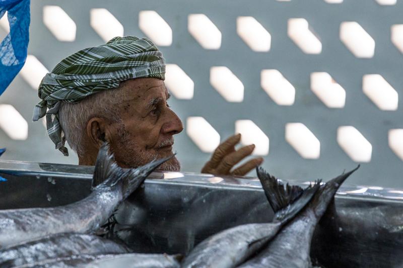 oman-muscat-mutrah-fischmarkt-souq-tour-menschen-charakter-verkaeufer