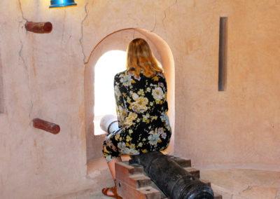 oman-nakhal-fort-burg-kanone-frau-gast-tour