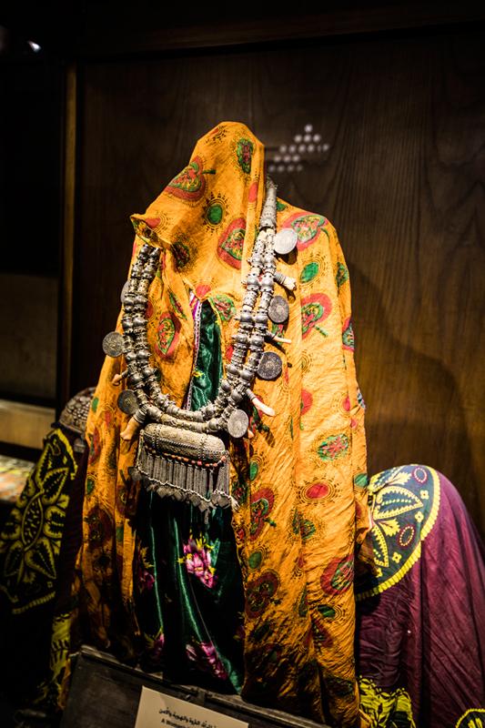 oman-nizwa-fort-burg-museum-rundreise-kleidung-frauen