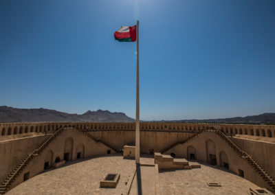 oman-nizwa-fort-burg-tower-rundreise-flagge