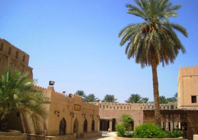 oman-nizwa-fort-innenhof-rundreise-palme