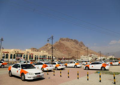 oman-nizwa-rundreise-parkplatz-taxi