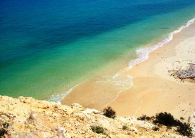 oman-rundfahrt-fins-beach-tuerkisblaues-wasser