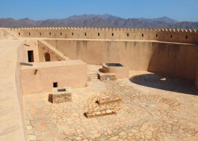 oman-rustaq-fort-reise-brunnen-innenhof
