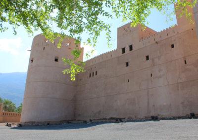 oman-rustaq-fort-tour-mauer-aussen