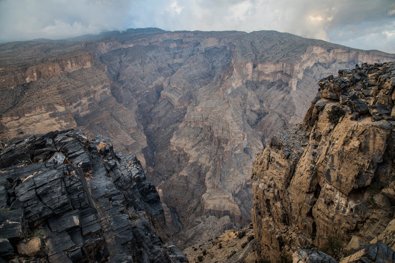 oman-urlaub-jabal-shams-grand-canyon-felswand