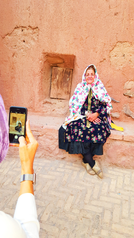 iran-tour-kultur-reise-abiyaneh-dorf-frau-portrait