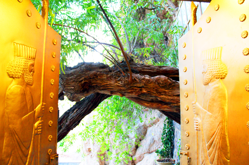 iran-tour-kultur-reise-chek-zarathustra-eingang-gold