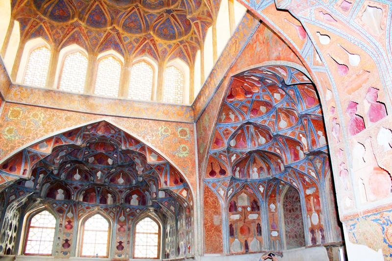 iran-tour-kultur-reise-isfahan-ali-ghapoo-palast-wein