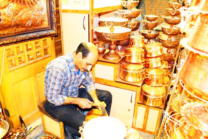 Zusätzlich zum Handel sind die meisten Menschen auf dem Basar in Isfahan wie auf vielen Märkten in Iran auch hervorragende Handwerker, wie wir bei unseren Rundreisen durch Persien sehen