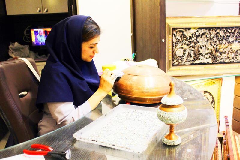 Während auf vielen Märkten weltweit maschinell erstellte Waren aus Fernost Vorrang haben, sind die Produkte und Souvenirs auf dem Basar in Isfahan in Iran oftmals von Hand gefertigt