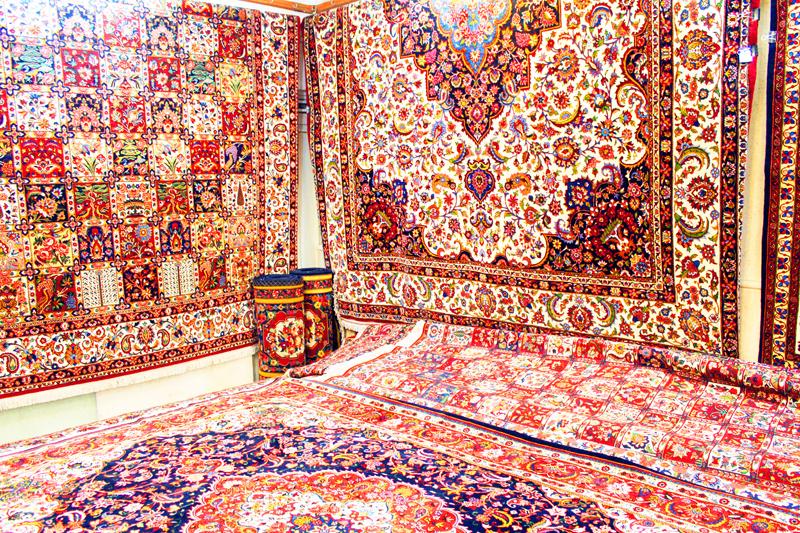 Mitunter sind die handgeknüpften Teppiche auf einem Basar wie hier bei unserer Rundreise durch Iran in Isfahan sehr farbenfroh