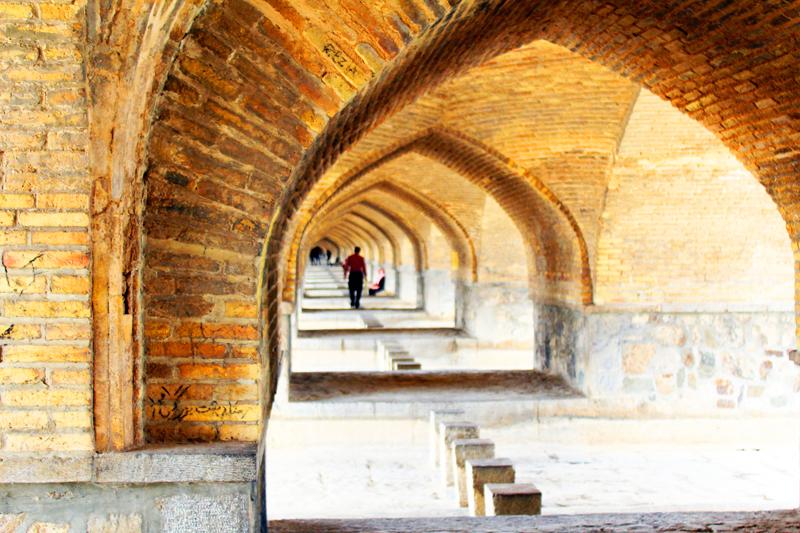 Übrigens besteht die Brücke Si-o-se Pol in Isfahan aus 33 Bögen