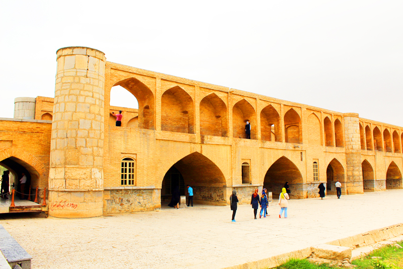 Während unserer Kulturreise durch Iran kommen wir auch zur bekannten Brücke Si-o-se-Pol in Isfahan, die über den oft ausgetrockneten Zayanderoud-Fluss führt