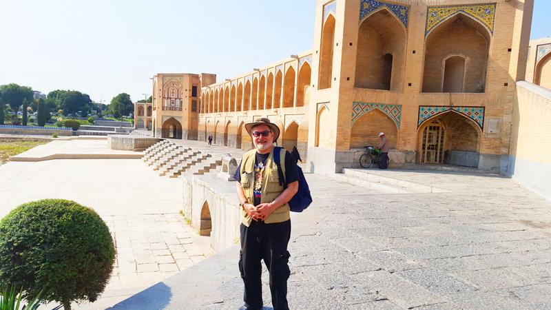 Hier sehen wir einen Gast während einer Rundfahrt durch Iran vor der berühmten Brücke Si-o-se Pol in der Kulturstadt Isfahan
