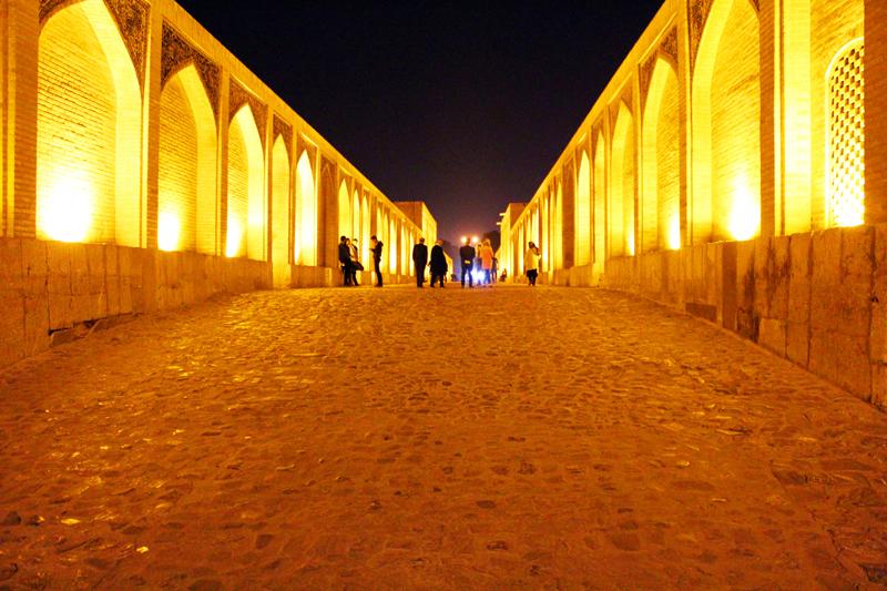 Zusätzlich genießen wir bei unserer Rundreise durch Oman und Iran die abendliche Atmosphäre an der weltberühmten Brücke Si-o-se-Pol in Isfahan
