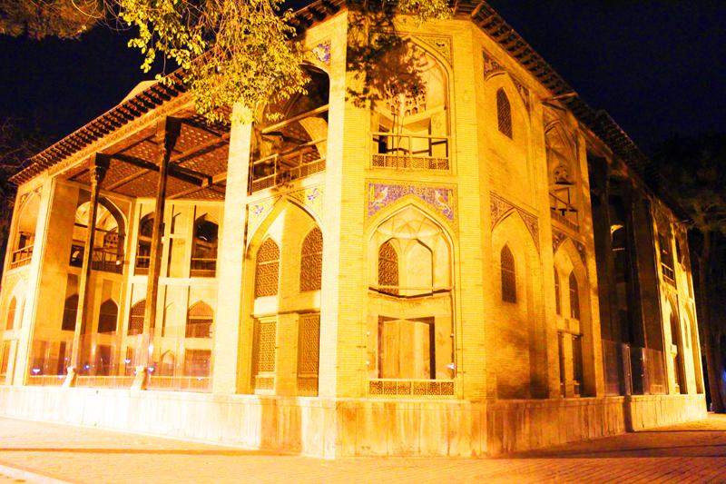 iran-tour-kultur-reise-isfahan-chehel-sotoun-palast-dunkel