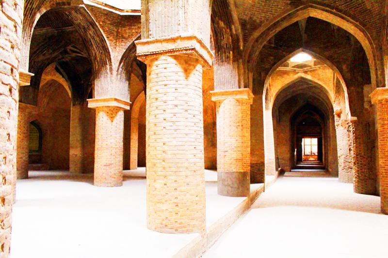 Übrigens ist die berühmte Jamee Moschee in Isfahan eine der ältesten der Welt und zeigt die architektonische Entwicklung Irans seit 1.300 Jahren