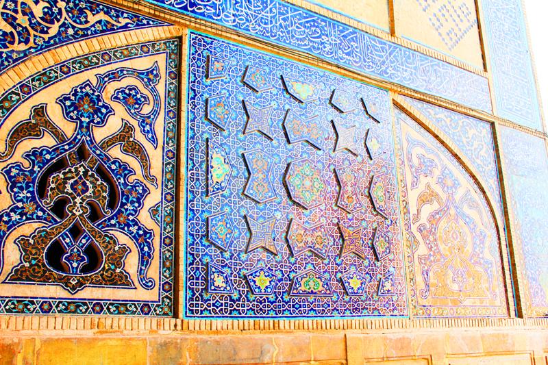 Mitunter sind die Mosaike wie hier in der Jamee Moschee in Isfahan wie ein Relief ausgestaltet