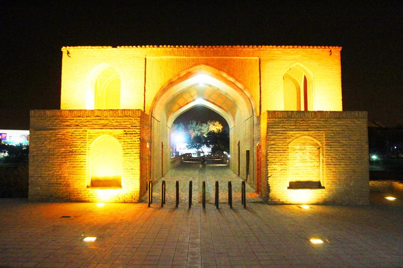 Übrigens ist die Khaju-Brücke in Isfahan eine der ältesten der Stadt