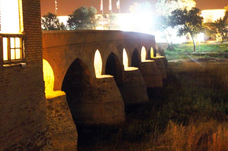 Indes führen viele alte historische Brücken über den Zayandeh Rud in Isfahan