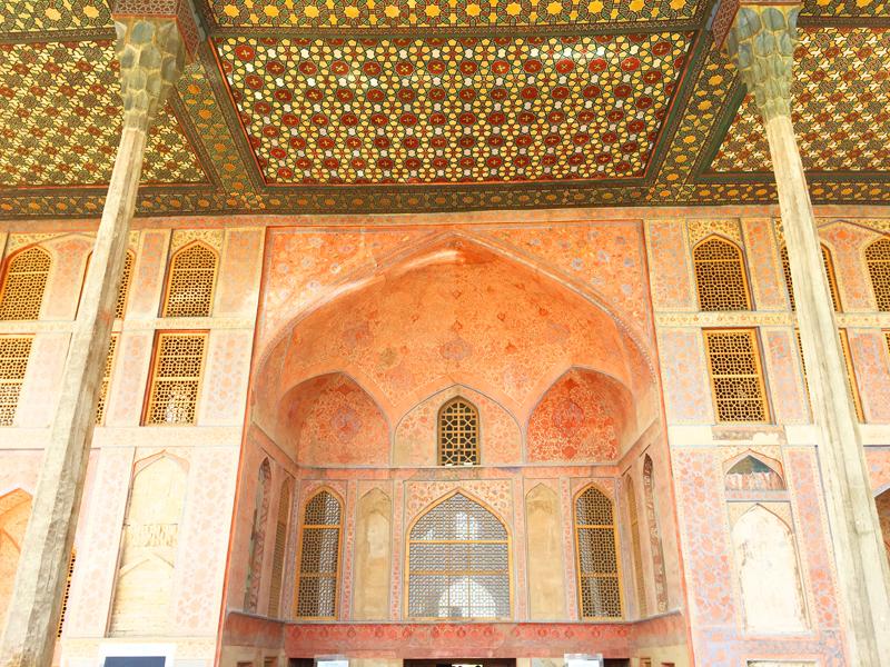 Weil wir uns bei unserer Reise durch Iran Zeit nehmen können sehen wir auch, wie detailreich verziert die historischen Gebäude wie hier am Naghsh-e Jahan Platz in Isfahan sind