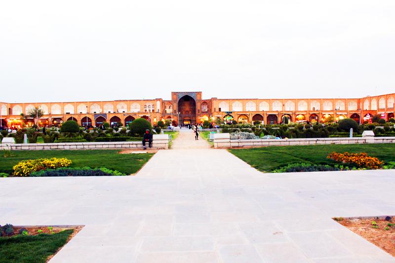 Dort sehen wirr den Eingang in den riesigen Basar rund um den Platz Naghsh-e Jahan in Isfahan