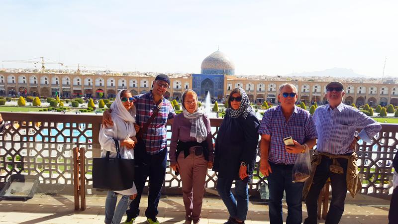 Während eines Rundgangs über den Naghsh-e Jahan posiert unsere kleinen exklusive Reisegruppe vor der Sheykh Lotfollah-Moschee in Isfahan