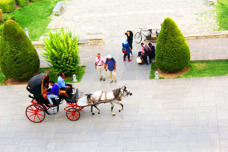 Dergestalt können wir während unserer Reise durch Iran mit einer Pferdekutsche über den berühmten Platz Naghsh-e Jahan in Isfahan fahren