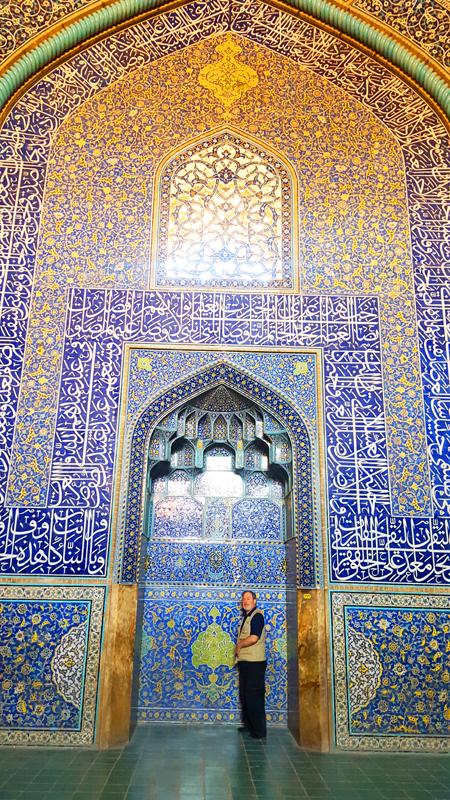 Während unserer Rundreise durch Iran kommen unsere Gäste auch bis zum detailreich verzierten Mihrab der Shah Moschee in Isfahan