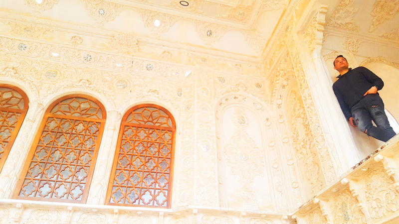Übrigens sind die meisten herrschaftlichen Häuser in Iran sehr detailliert verziert, so auch hier das Haus Tabatabaei während unserer Rundreise in Kashan