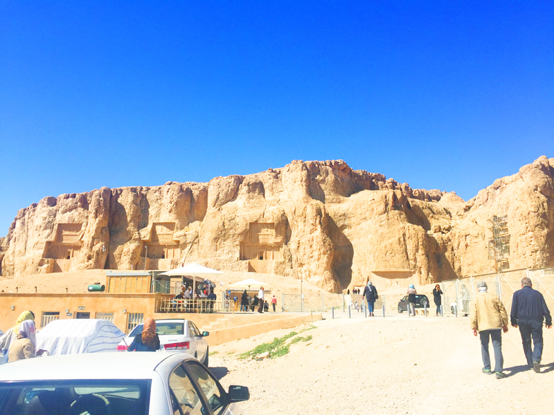 Ebenso wie vier Grabstätten aus der Zeit der Achämeniden befinden sich Felsreliefs von den Sassaniden in Naghsh-e Rostam in Iran