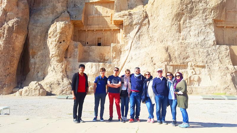 Obschon Naghsh-e Rostam nahe der geschichtsträchtigen Stadt Persepolis in Iran liegt, ist es ein weiteres Highlight während unserer Kulturreise durch Iran
