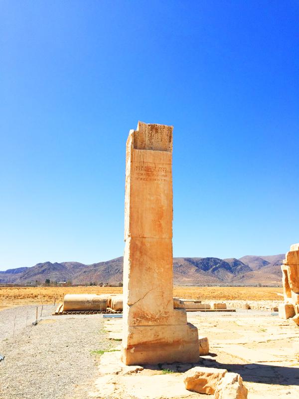 Bevor die Hauptstadt Persiens von Dareios nach Persepolis verlegt wurde, lag sie etwa 50 Kilometer entfernt in Pasargadae