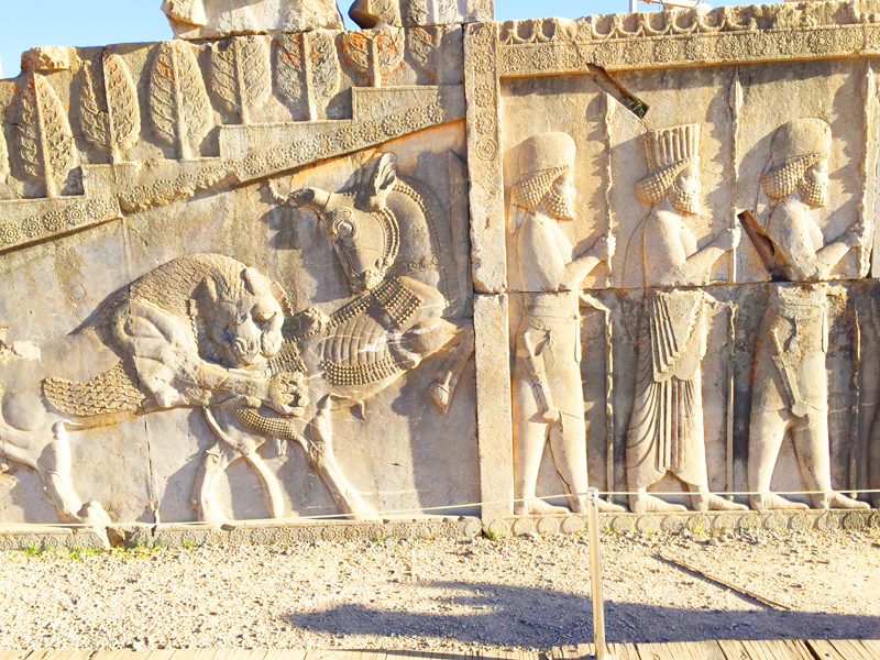 Weiterhin besichtigen wir in Persepolis in Iran während unserer Kulturreise auch Reliefs aus der Zeit der Achämeniden